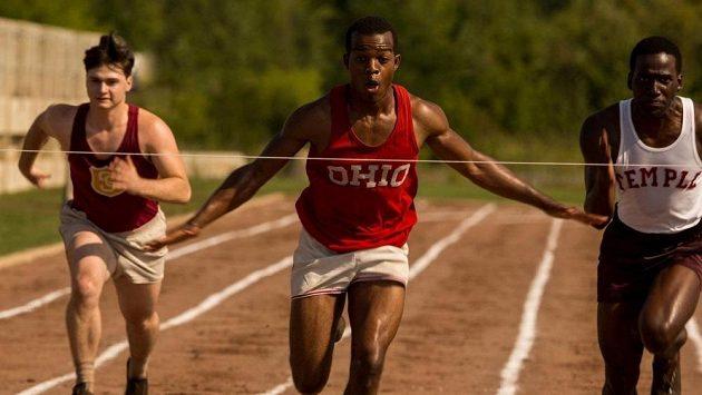 Příběh Jesseho Owense (Stephan James/uprostřed) stojí za shlédnutí.