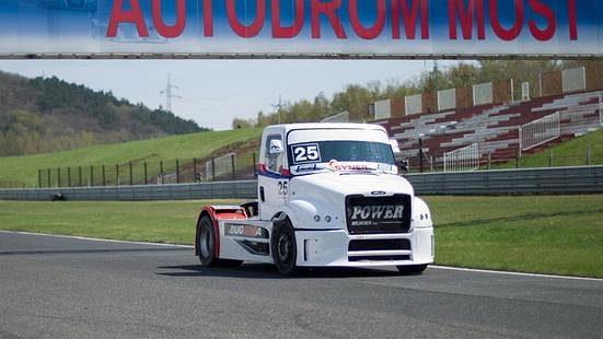 Michal Matějovský s tahačem Buggyra během testů na mosteckém okruhu.