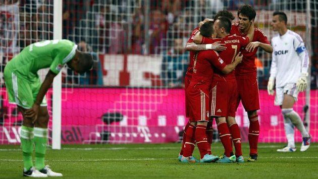 Fotbalisté Bayernu Mnichov se radují ze vstřelení gólu proti Wolsburgu.