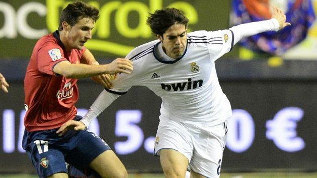 Brazilec Kaká (vpravo) v dresu Realu Madrid bojuje s Álvarem Arbeloou v ligovém duelu s Pamplonou.