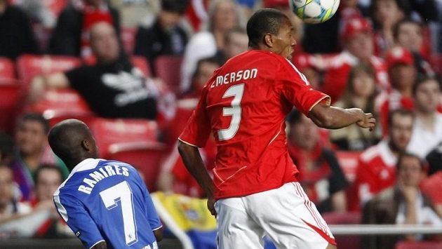 Hráč Benfiky Emerson (vpravo) hlavičkuje před Ramiresem z Chelsea