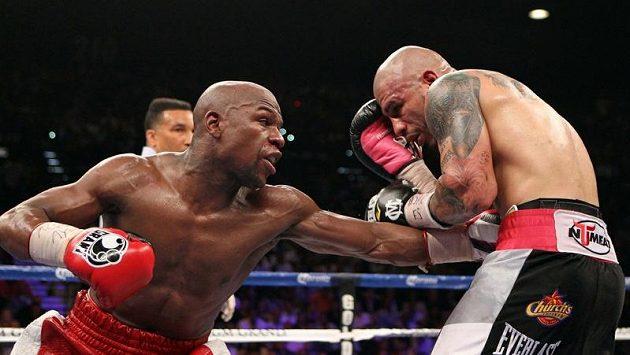 Boxerský mistr světa Floyd Mayweather (vlevo) v době své největší slávy