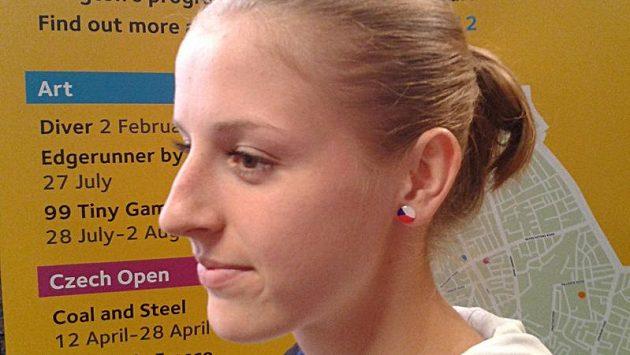 Basketbalistka Katřina Elhotová si na olympiádu pořídila náušnice v národních barvách.