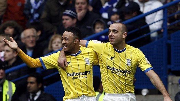 David Murphy (vpravo) se raduje se svým spoluhráčem z Birminghamu Nathanem Redmondem z gólu do sítě Petra Čecha.