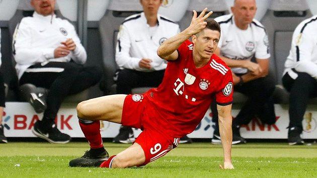 Robert Lewandowski z Bayernu při finále Německého poháru s Eintrachtem Frankfurt.