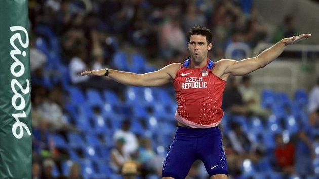 Tyčkař Jan Kudlička se raduje po zdolání laťky v olympijském finále.