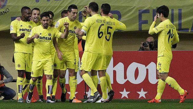 Fotbalisté Villarrealu se radují z gólu proti Realu Madrid.