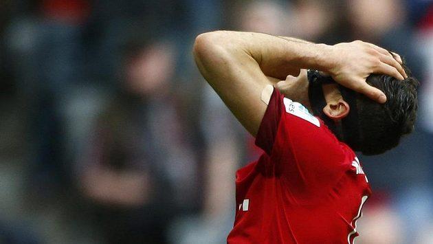 Útočník Bayernu Robert Lewandowski reaguje na jednu z neproměněných příležitostí v zápase s Augsburgem.