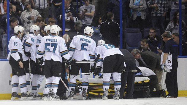 Hokejisté San Jose sledují spoluhráče Dana Boyla, který zůstal ležet po zákroku Maxima Lapierra.