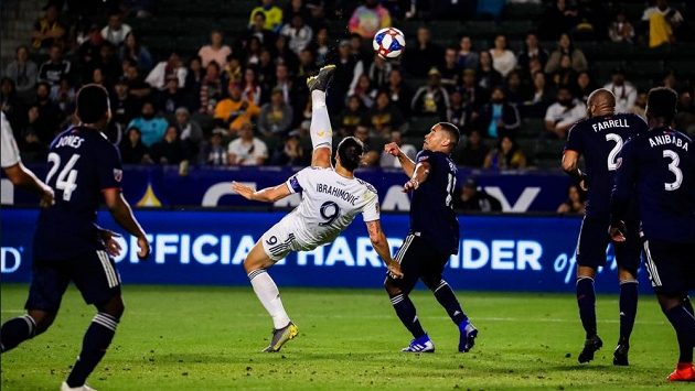 Zlatan Ibrahimovic z Los Angeles Galaxy trefuje gól do sítě klubu New England Revolution během zápasu americké MLS.