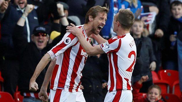 Útočník Stoke City Peter Crouch (vlevo) oslavuje s Darrenem Fletcherem vyrovnávací branku v duelu s Leicesterem.