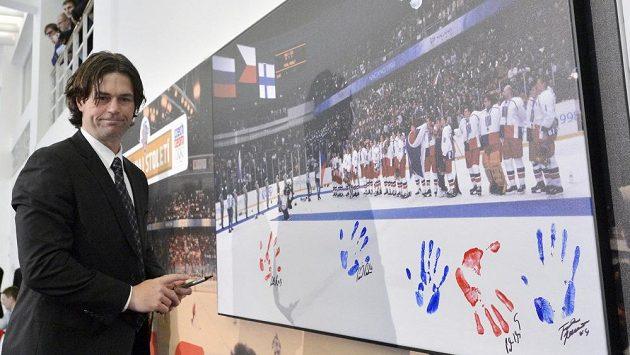 Oslavy patnáctého výročí olympijského triumfu v Naganu. Robert Lang otiskuje ve Veletržním paláci dlaň na fotografii vítězů.