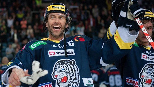 Radost kapitána libereckých hokejistů Petra Nedvěda po udržení extraligové příslušnosti.