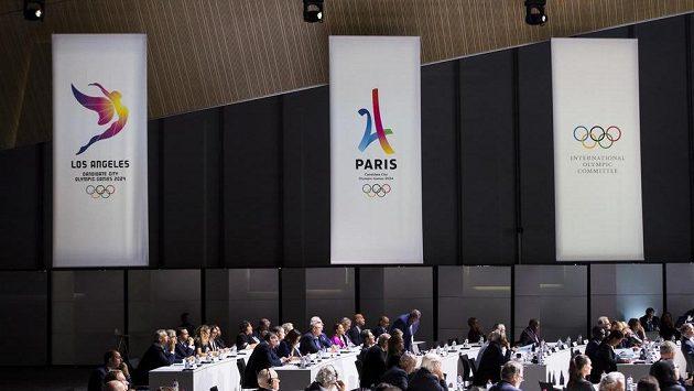 Transparenty Los Angeles a Paříže při jednání MOV v Lausanne.