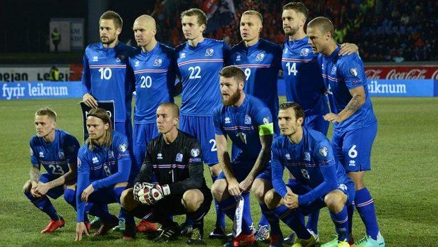 Fotbalisté Islandu pózují před utkáním s Nizozemskem, v němž způsobili další senzaci.