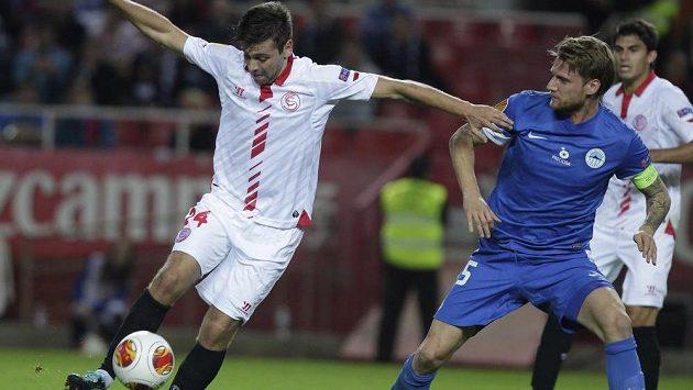 Liberecký Radoslav Kováč (vpravo) v souboji s Raulem Ruseskem ze Sevilly ve 4. kole Evropské ligy.