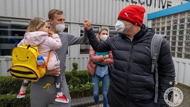 Záložník West Hamu Tomáš Souček přišel přivítat hráče svého bývalého klubu - Slavie Praha - na londýnské letiště. Šéf pražského klubu Jaroslav Tvrdík byl ze všeho dojatý, radost měli i všichni hráči.