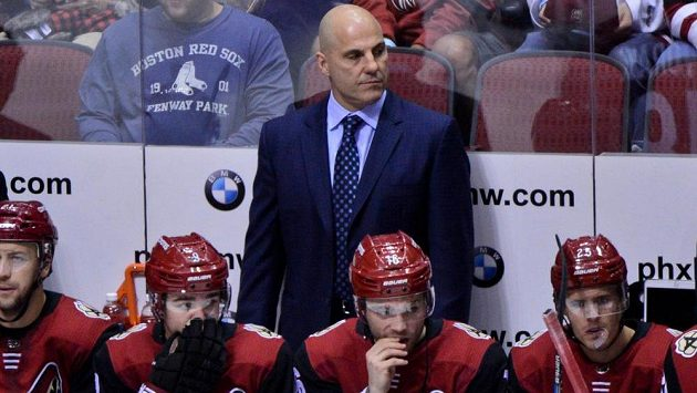 Střídačka hokejistů Arizony v čele s trenérem Rickem Tocchetem - ilustrační snímek.