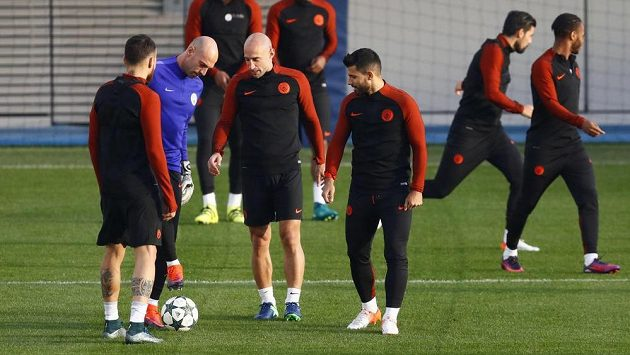 Fotbalisté Manchesteru City Sergio Agüero, Pablo Zabaleta, Willy Caballero a Nicolas Otamendi během tréninku před duelem s Barcelonou.