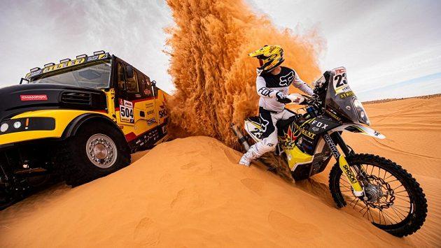 Kamion, nebo motorka...? Martin Macík a Jan Brabec během tréninku v dunách.