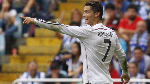 Útočník Realu Madrid Ronaldo se raduje po trefě v ligovém utkání proti Deportivu La Coruňa.
