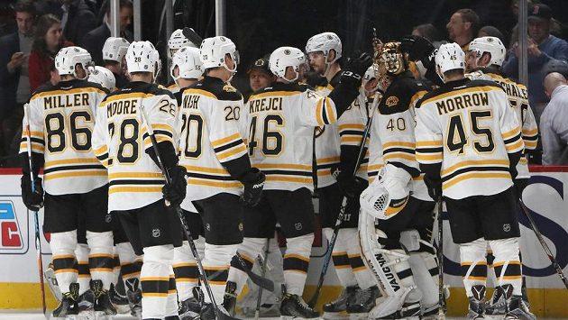 Hokejisté Bostonu se radují z výhry v Montrealu