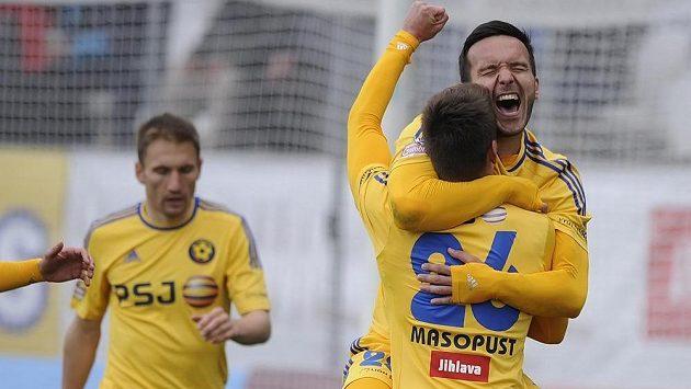 (Zleva) Marek Jungr, Haris Harba a Lukáš Masopust (zády) z Jihlavy se radují z gólu proti Brnu.