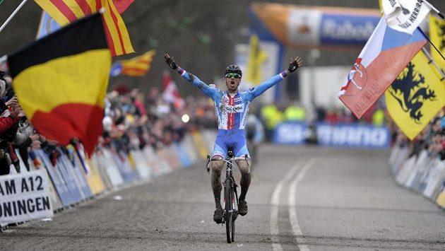 Zdeněk Štybar zvedá ruce nad hlavu. Právě se stal v Hoogerheide mistrem světa v cyklokrosu.