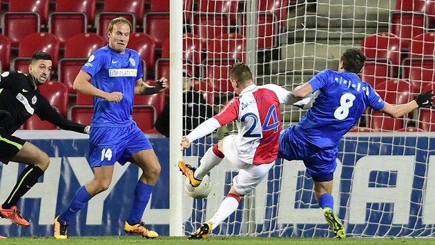 Útočník Slavie Muris Mešanovič (druhý zprava) střílí gól proti Brnu.