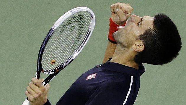 Novak Djokovič se raduje po vítězství nad Juanem Martinem Del Potrem.