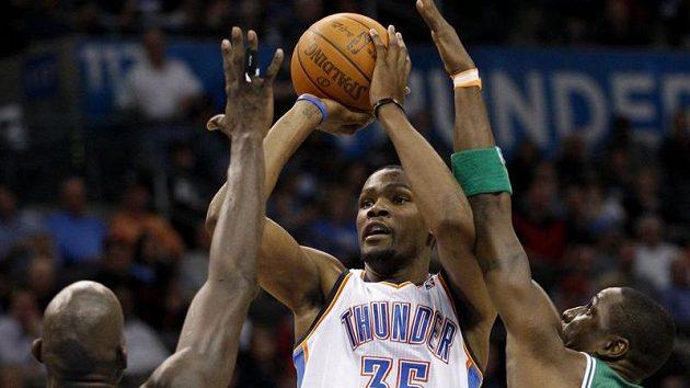 Kevin Durant z Oklahomy mezi dvěma hráči Bostonu