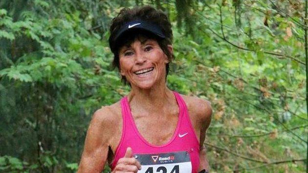Judy Fisherová má 72 let, v nohách má sto maratónů.