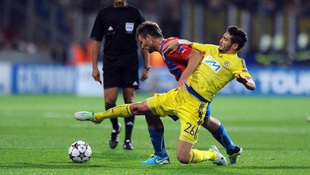 Plzeňský útočník Tomáš Wágner (uprostřed) bojuje o míč s Aleksanderem Rajčevičem z Mariboru.