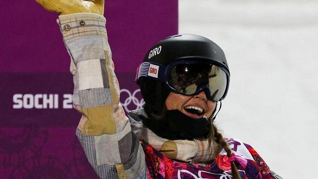 Kaitlyn Farringtonová jásá po olympijském triumfu v závodu snowboardistek na U-rampě.