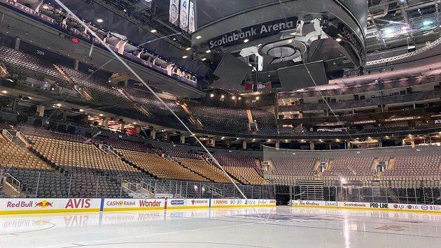 Hokejové haly zejí v době pandemie koronaviru prázdnotou.