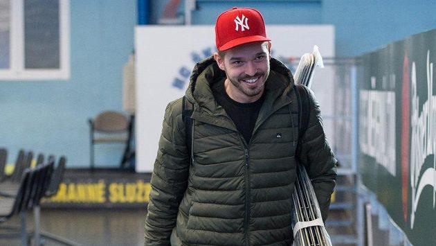 Brankář Dominik Furch přichází na sraz hokejové reprezentace v Plzni.