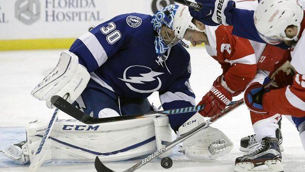 Brankář Tampy Bay Ben Bishop během utkání NHL proti Detroitu.