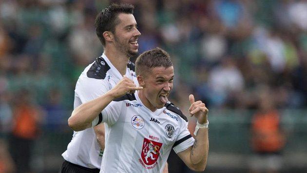 Tomáš Malinský z Hradce Králové (vpředu) se raduje z gólu. Vzadu jeho spoluhráč Jiří Janoušek.