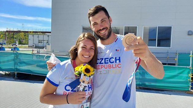 Josef Dostál se sestrou Annou po zisku bronzové medaile z deblkajaku.