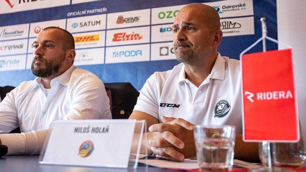 Zleva sportovní ředitel Roman Šimíček a trenér Miloš Holaň na tiskové konferenci HC Vítkovice Ridera před nadcházející extraligovou sezonou.