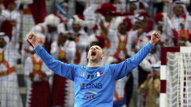 Brankář katarské reprezentace Danjel Šarič slaví postup do semifinále MS.