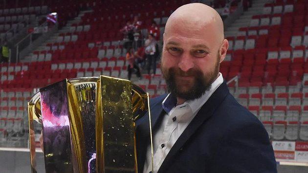 Hlavní trenér Libor Zábranský z Komety Brno s pohárem pro vítěze extraligy.