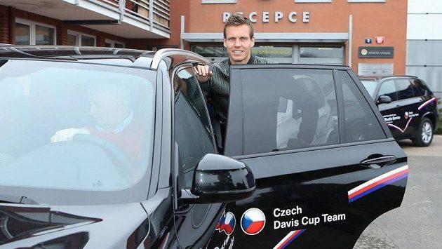 Tomáš Berdch nasedá do auta, které vyráží směrem Německo.