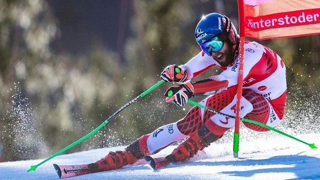 Rakouský lyžař Marco Schwarz na trati SP v Hinterstoderu.