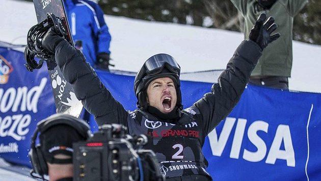 Americký snowboardista Shaun White se raduje z vítězství ve Světovém poháru a také z dosažení maximální známky od rozhodčích.