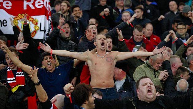 Fanoušci Manchesteru United oslavují postup mezi nejlepších 8 týmů Ligy mistrů poté, co jejich tým v dramatickém duelu porazil PSG 3:1.