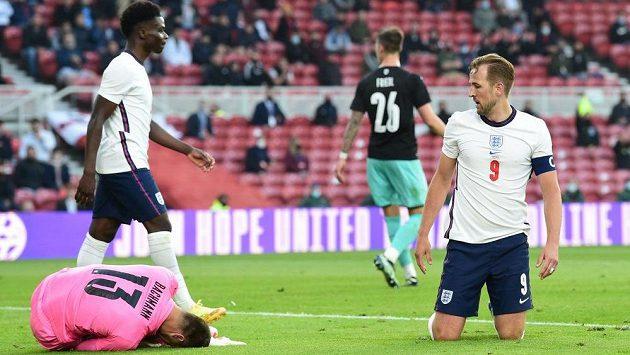 Kapitán anglické fotbalové reprezentace Harry Kane sleduje rakouského brankáře Daniela Bachmanna.