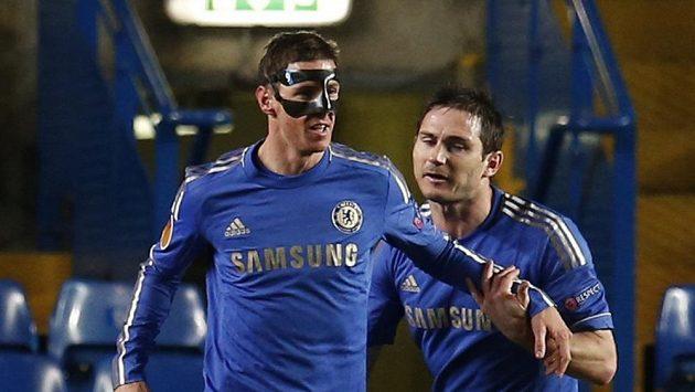 Útočník Chelsea Fernando Torres (vlevo) a Frank Lampard se radují z gólu španělského fotbalisty.