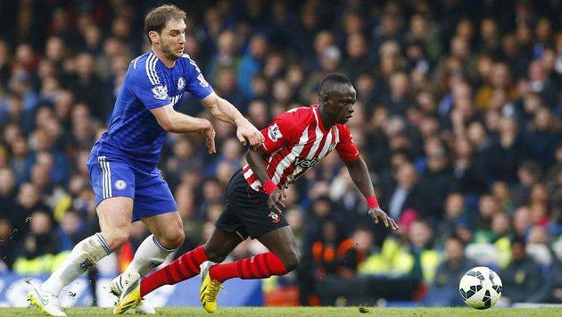 Zadák Chelsea Branislav Ivanovič (vlevo) v souboji se Sadiem Maném v ligovém duelu se Southamptonem.