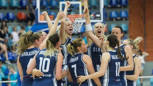 Basketbalistky Slovenska oslavují vyhrané utkání a postup do čtvrtfinále.